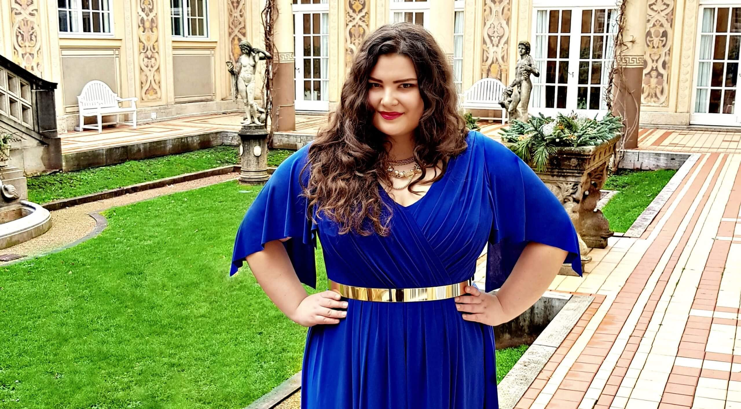 niebieska suknia wieczorowa